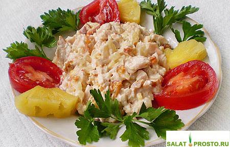 salat-iz-kopchenoj-kuricy-s-ananasami-recept-foto