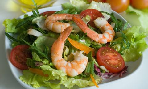 салат легкий с креветками