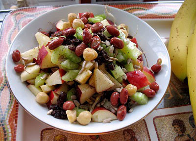 салат из фасоли, овощей и фруктов