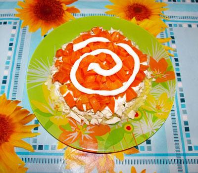6 слой - яйца (постараться яйцами укрыть весь салат, как верх, так и боковые части) + майонез;