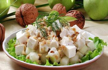 фруктовый салат с орехами и сыром