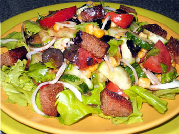 салат овощной с ржаным хлебом