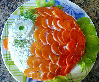 праздничный салат с семгой рыбка