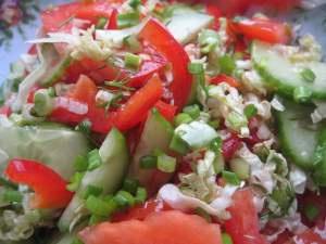 салат овощной из помидоров и малосольного огурца