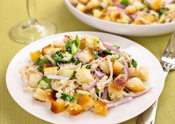 салат хрустящий из курицы с сухариками