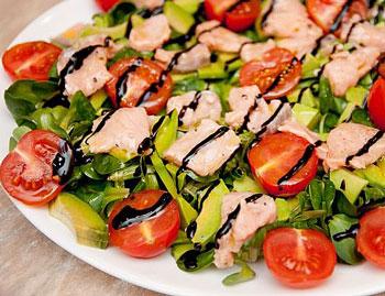 салат из свежей форели