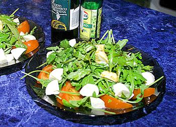 австрийский салат из одуванчиков, помдоров, лука и яиц