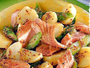 салат из лосося и спаржи с молодой картошкой
