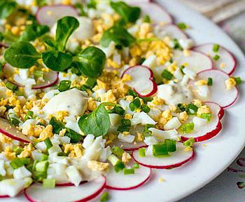 салат к пасхе из редиса и яиц