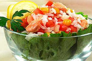 салат рисовый с рыбой