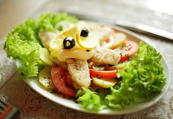 горячий салат с судаком