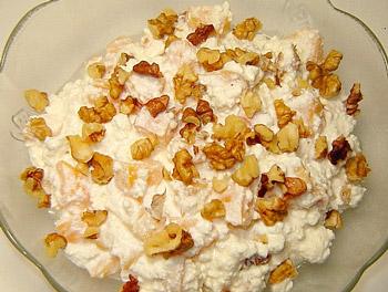 салат из творога, орехов, изюма и абрикосов