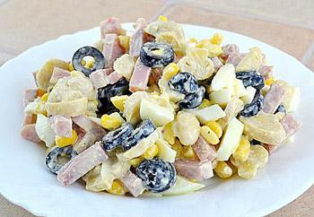 салат ветчина с кукурузой, шампиньонами и маслинами