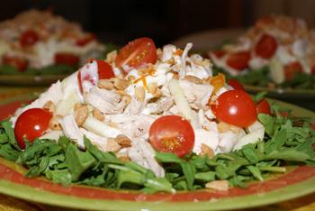 салат из индейки с зеленью и овощами