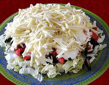салат из помидоров, китайской капусты и грибов