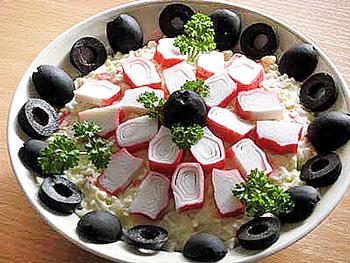 салат из крабовых палочек и маслин на скорую руку