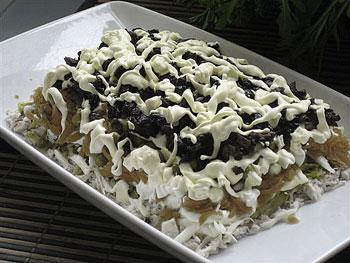 салат из курицы, грибов и чернослива