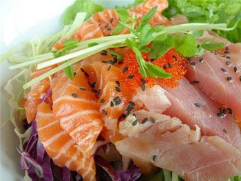 вкусный салат из семги и тунца с икрой