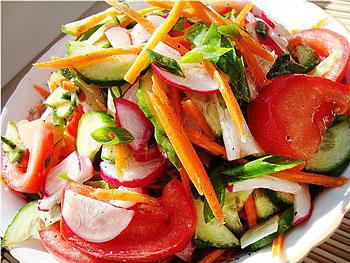 салат легкий из овощей: редис, помидор, лук, морковь, помидор