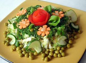 салат летний цветущий июнь из капусты белокочанной и овощей