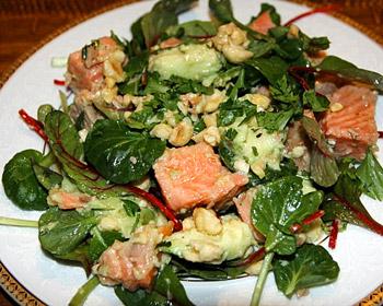 салат из форели или семги с авокадо и орехами