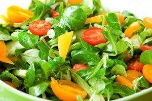 рецепт овощного салата из болгарского перца, огурцов и помидоров черри с зеленью
