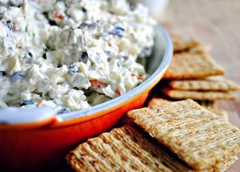 салат сырный с оливками