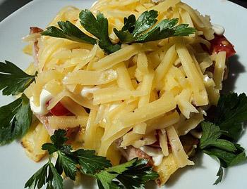 рецепт сытного салата из помидор, колбасы, сыра и картофеля