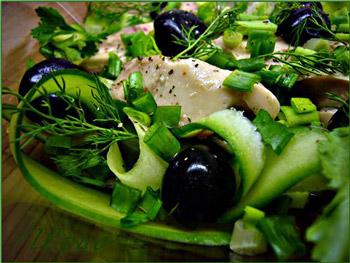 салат из печени трески и маслин с огурцом