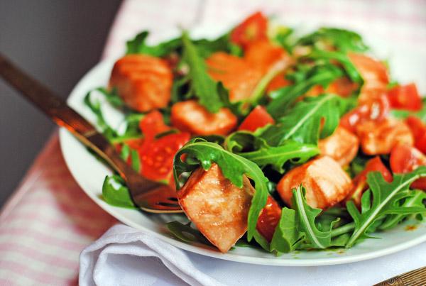 рецепт салата из семги, запеченной в духовке с помидорами черри и рукколой