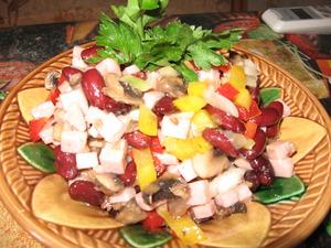 салат из ветчины и фасоли с грибами