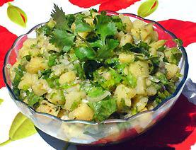 салат летний из молодого картофеля, лука и зелени