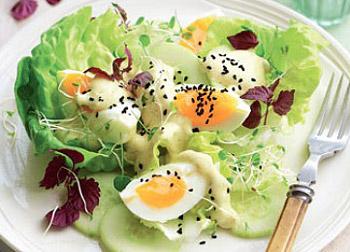 салат летний с огурцом, яйцами и йогуртом