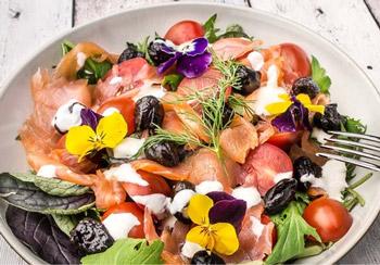 салат семга с помидорами и черносливом