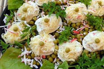 закуска из фаршированных яиц и крабовых палочек
