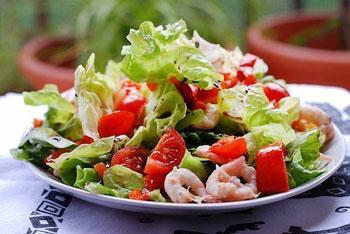 салат из креветок с овощами и брынзой