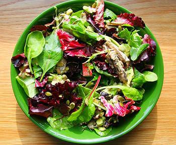 салат острый с травами и морковью