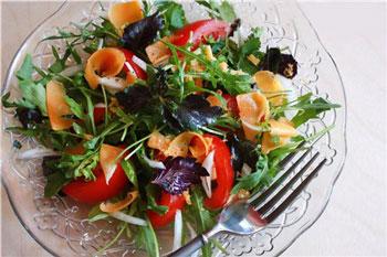 салат с травами и сыром