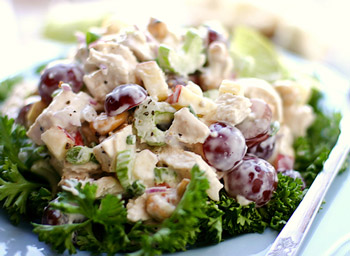 салат из курицы с виноградом и миндалем