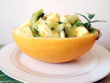 салат из дыни, киви, помидоров и лимонной цедры, вкусный фруктовый салат