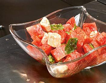 салат из арбуза с сыром фета и мятой, свежий летний салат