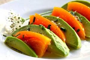 салат из авокадо и помидоров с луком