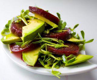 салат из авокадо и свеклы с молодыми побегами гороха