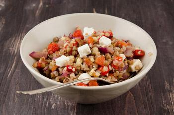 салат из гречки с перцем и козьим сыром и грецкими орехами, оригинальный салат