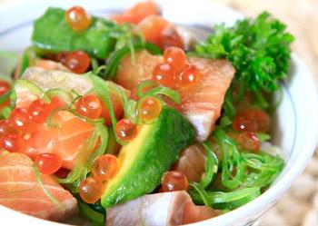 салат из семги с авакадо и белым хлебом, украшается красной икрой