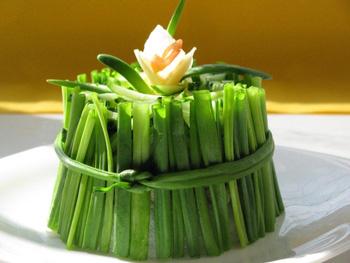 салат нарцисс из рыбы с луком, украшение салатов