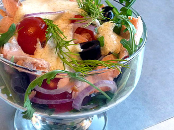 салат из форели с помидорами, луком и рукколой
