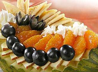 салат из дыни с виноградом, мандарином и яблоком, десерт из дыни, фаршированная дыня
