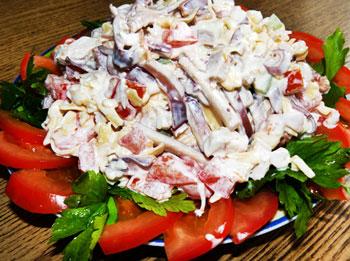 салат из кальмаров, помидоров, чеснока и сыра сулугуни