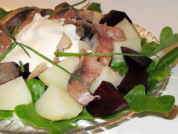 салат из копченой скумбрии со свеклой и картофелем и хреном